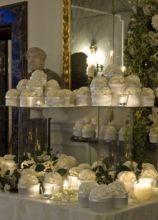 Tavolo per le bomboniere di matrimonio con decorazione di rose bianche