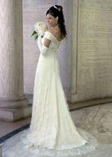 Vestito da sposa con scollo a barchetta e gonna con dettagli in pizzo