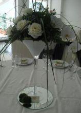 Centrotavola con rose e orchidee bianche