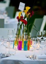 Colorati vasetti con un unico fiore per i tavoli delle nozze
