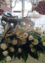 Addobbo floreale di rise e rami per i tavoli delle nozze