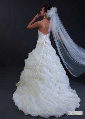 Abito da sposa senza spalline e gonna ampia