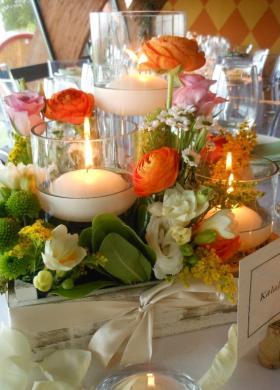 Colori e luci in tavola con fiori