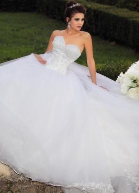Vestito ad sposa principesco con decori alle estremità