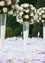 Alzate con rose lilla e bianche per il matrimonio