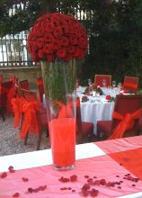 Alzata di rose rosse per il ricevimento di matrimonio