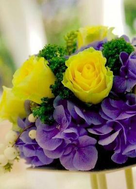 Viole e rose gialle per il matrimonio