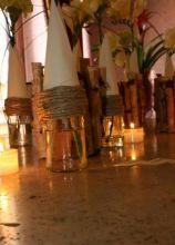 Vasetti di vetro con coni e spago creati dal Girafiore