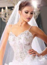 Abito da sposa con corpetto decorato e velo lungo