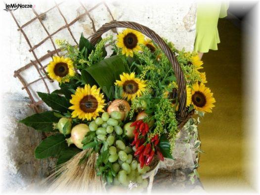 Tavoli Matrimonio Girasoli : Cesto di frutta e girasoli per l allestimento delle nozze