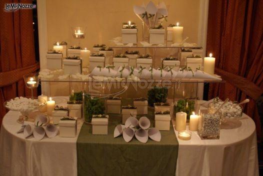 Allestimento tavolo delle bomboniere e dei confetti al matrimonio