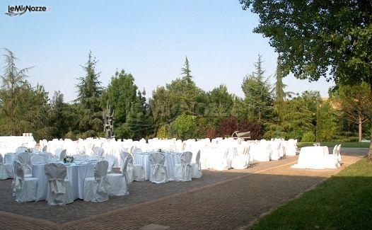 Allestimento tavoli per il ricevimento di matrimonio in for Allestimento giardino matrimonio