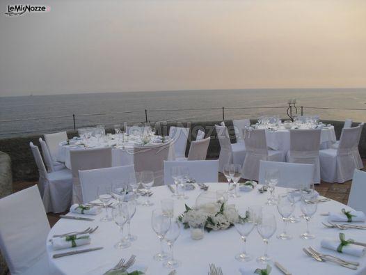 Matrimonio In Spiaggia Total White : Allestimento total white per il matrimonio in riva al mare