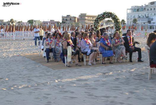 Matrimonio Spiaggia Invitati : Invitati al matrimonio in spiaggia con collana di fiori