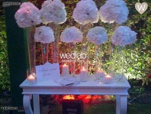Foto 1 - Centrotavola matrimonio - Il tavolo del guestbook decorato ...
