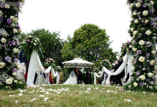 Allestimento della cerimonia in giardino con rose bianche - Giardino con rose ...