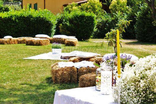 Matrimonio Country Chic Brescia : Allestimento del matrimonio in giardino con balle di fieno