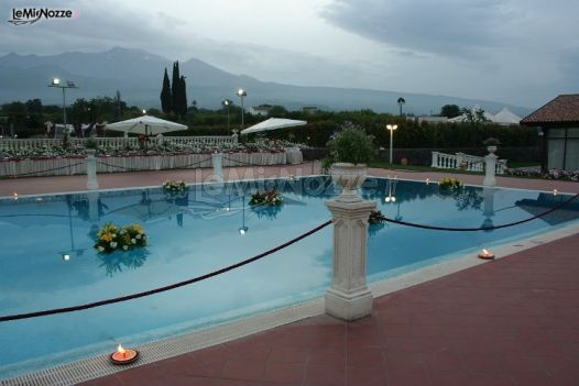 Allestimento della piscina per il matrimonio villa for Addobbi piscina per matrimonio