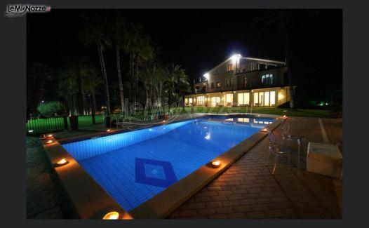 Esterno con piscina illuminata presso la villa per ricevimento di matrimonio a aci bonaccorsi - Hotel con piscina catania ...