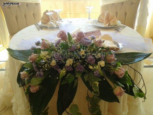 Foto 1 addobbi floreali location addobbi floreali lilla per il tavolo degli sposi - Composizioni floreali per tavoli ...