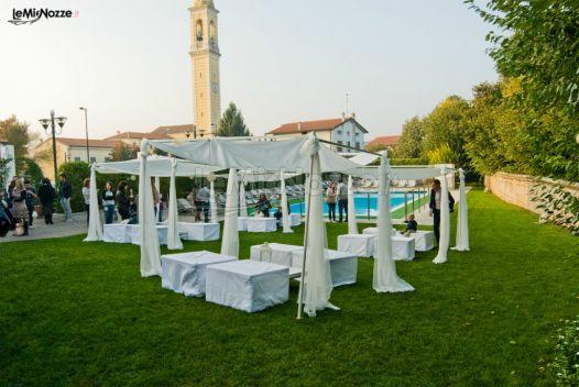 Gazebo Per Matrimonio In Giardino : Allestimento con gazebi bianchi per il matrimonio in