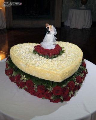 ... - La torta di nozze a forma di cuore con rose rosse - LeMieNozze.it
