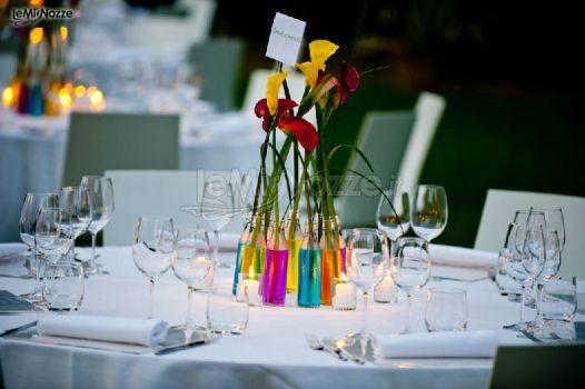 Foto 2 centrotavola matrimonio colorati vasetti con un - Tavoli colorati ...