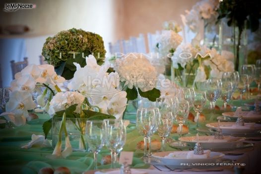 Phalaenopsis bianchi, ortensie verdi e tessuti per una tavola imperiale - I T...