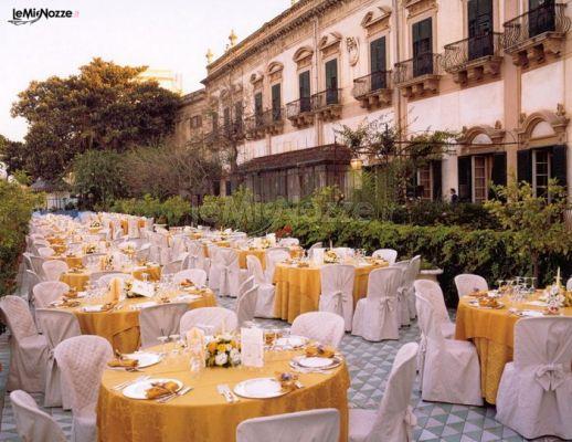 Mise en place con tavoli rotondi all 39 aperto athena catering foto 1 - Tavoli rotondi per catering ...