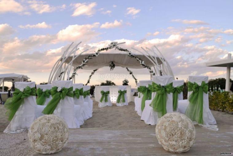Matrimonio In Spiaggia Addobbi : Cerimonia di matrimonio sulla spiaggia losciale il