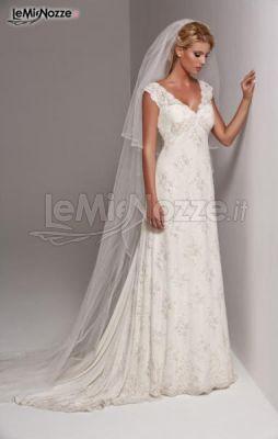 da sposa classici - Vestito da sposa con ricami in pizzo e velo lungo ...