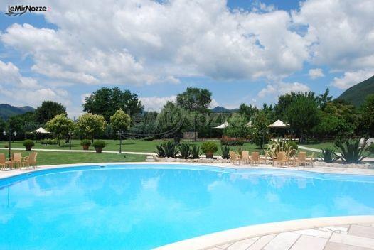 Piscina della villa per il ricevimento di matrimonio for Addobbi piscina per matrimonio