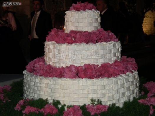 ... nuziali artistiche - Torta nuziale bianca con fiori - LeMieNozze.it