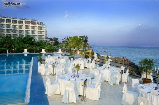 Allestimento dei tavoli a bordo piscina per il ricevimento for Addobbi piscina per matrimonio
