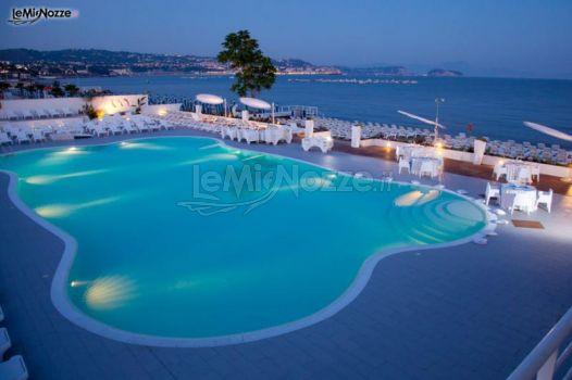 Piscina vista mare illuminata per il matrimonio serale for Addobbi piscina per matrimonio