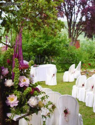Allestimento della cerimonia in giardino sui toni del for Allestimento giardino matrimonio