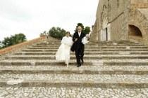 Gli sposi sulla scalinata della Chiesa - Foto Marcello Melis in stile reportage
