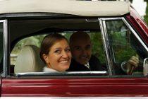 Gli sposi sulla macchina da cerimonia - Foto Marcello Melis in stile reportage