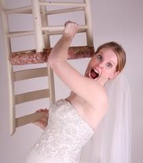 Sposa in preda alla collera durante i preparativi del matrimonio