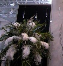 Addobbo floreale con piume realizzato da Debraflower