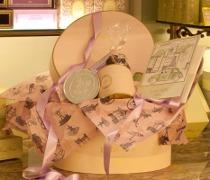 Cappelliera con prodotti Ladurée per il tavolo delle bomboniere di nozze