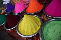 Visita al mercato dei colori in India durante il viaggio di nozze progettato da Prestige Italia