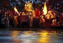 Cerimonia sul Gange durante il viaggio di nozze programmato da Prestige Italia