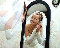 La sposa non può guardarsi allo specchio con l'abito indossato