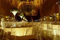Tavoli luminosi tondi per il ricevimento di nozze allestito da ELE light