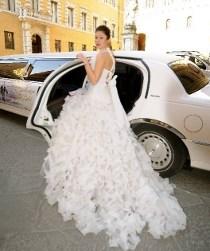 Sposa che sale sulla Limousine