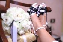 Foto delle scarpe e del bouquet della sposa di Video Studio Roberto Marchionne