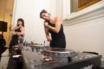 Chiara Robiony di m2o mette i dischi durante la festa da ballo