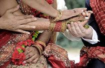 Mani che si intrecciano nel rito indiano del matrimonio - Foto Nabis Foto