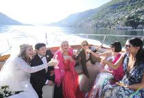 Gli sposi brindano sulla barca - Foto di Nabis Foto